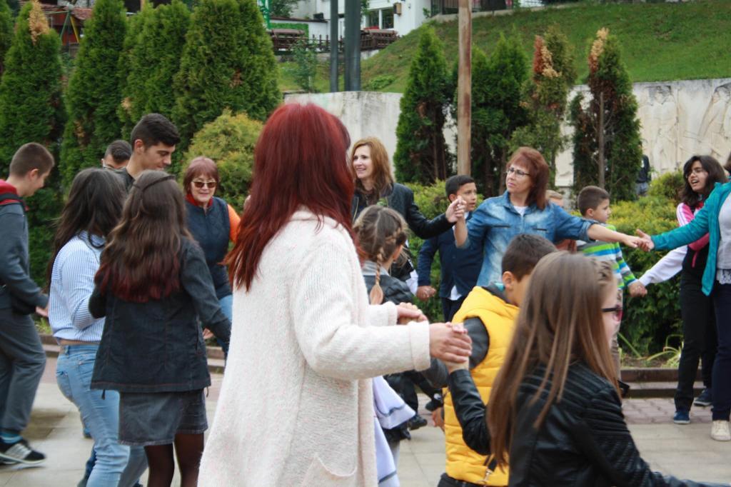 """Училището ни бе забелязано в инициативата """"Розите на България"""" - голяма снимка"""