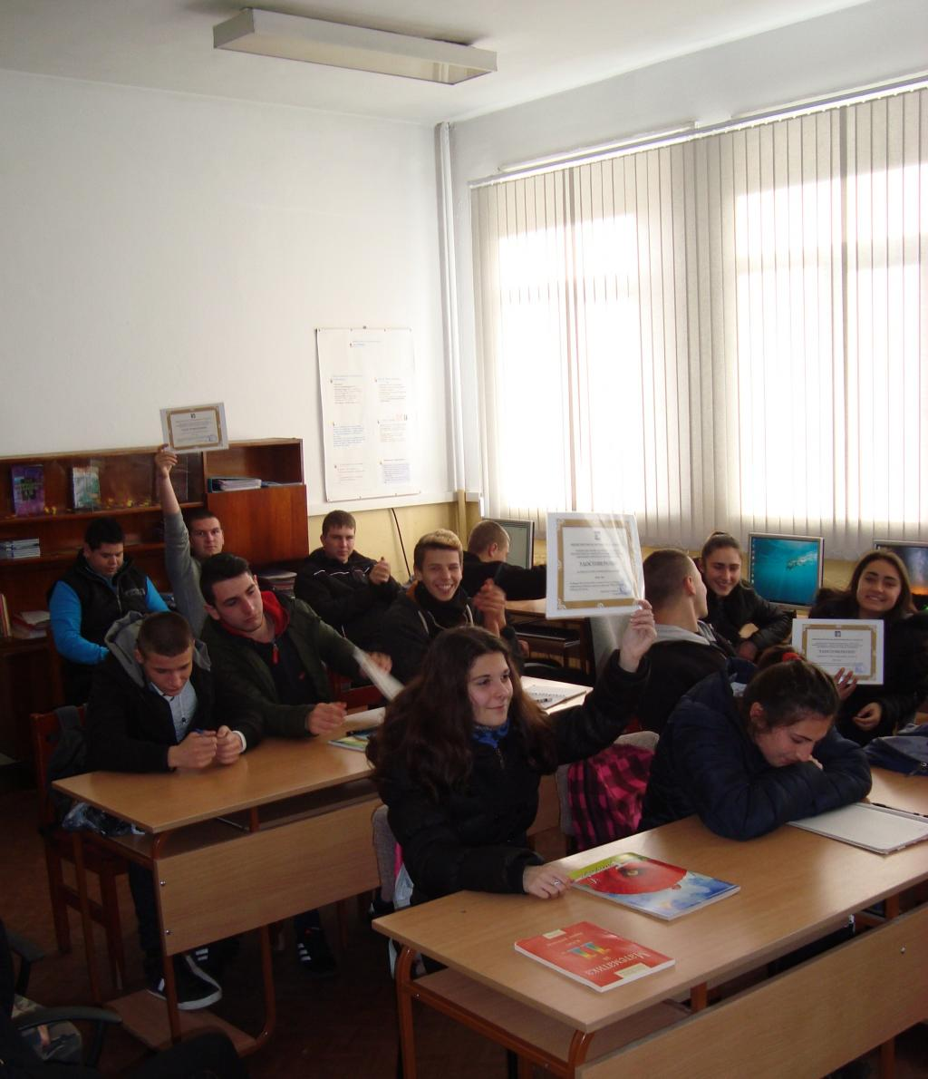 Наши ученици получиха документи от МОН за издържано ИТ-оценяване - голяма снимка